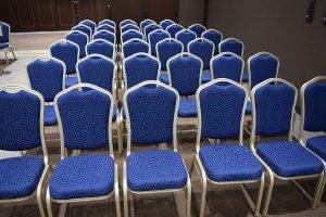 葬儀式場の椅子